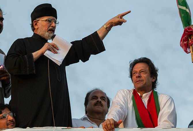 Tahir ul-Qadri, Sufi cleric and opposition leader of political party Pakistan Awami Tehreek (PAT), addresses supporters while flanked by Imran Khan (R), chairman of the opposition Pakistan Tehreek-e-Insaf (PTI) political party, in Islamabad September 2, 2014.  Photo: Reuters