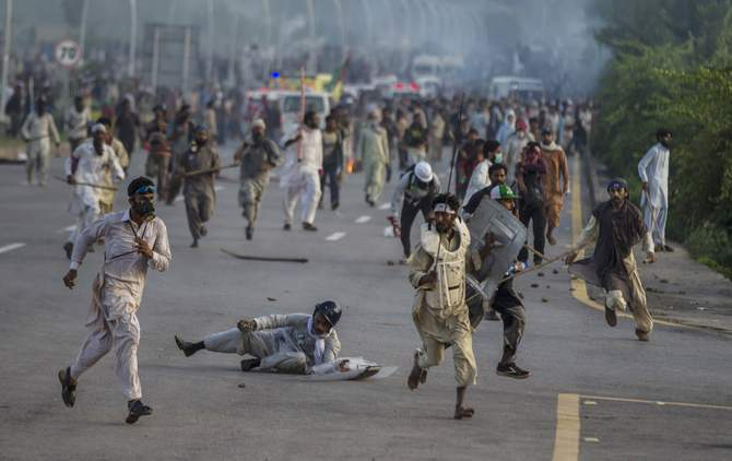 Anti-government protesters run after police personnel during the Revolution March in Islamabad September 1, 2014. Photo: Reuters