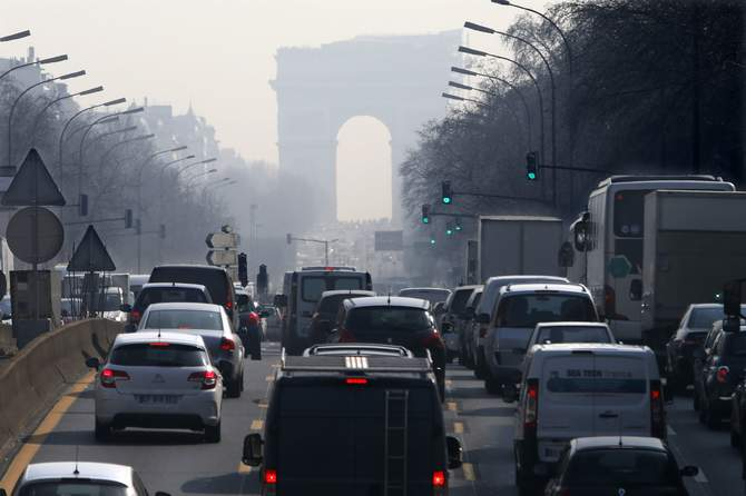 Rush hour traffic fills an avenue leading up to the Arc de Triomphe which is seen through a small-particle haze at Neuilly-sur-Seine, Western Paris, March 13 as warm and sunny weather continues in France. Photo: Reuters
