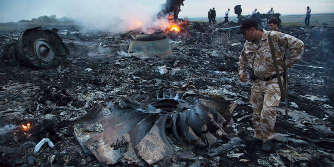 People walk amongst the debris at the crash site of a passenger plane near the village of Grabovo, Ukraine, Thursday, July 17, 2014. Photo: AP