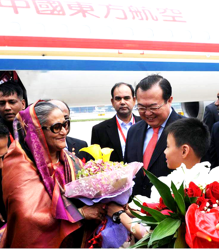 Vice Minister for Foreign Affairs of China Liu Zhenmin welcomes Bangladesh prime minister Shiekh Hasina at Beijing International Airpower. Photo: PID