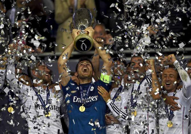 Real Madrid's captain Iker Casillas holds up the trophy after winning the UEFA Super Cup final against Sevilla at Cardiff City stadium, Wales, August 12, 2014. Photo: Reuters