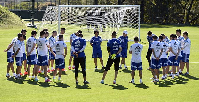 Argentina's coach Alejandro Sabella (C-R, white cap) talks to his players during a training session at 'Cidade do Galo', the Argentinean team's base camp in Vespasiano, near Belo Horizonte, on June 28, 2014 during the 2014 FIFA Football World Cup in Brazil. Photo: Getty Images