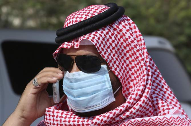 A man with mask speaks on his mobile phone in Jeddah May 29, 2014. Saudi Arabia is working with international scientific organisations to improve its response to a deadly new virus that has killed 186 people in the kingdom, its acting health minister Adel Fakieh told Reuters on Wednesday. Photo: Reuters