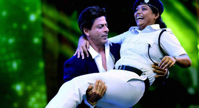 Bollywood star Shah Rukh Khan scooped up the police officer in his arms during the performance, Photo taken from PTI