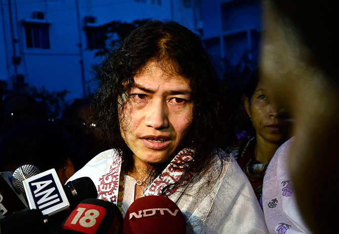 Indian human rights activist Irom Sharmila speaks to the media outside a prison hospital in the northeastern Indian city of Imphal August 20, 2014. Photo: Reuters
