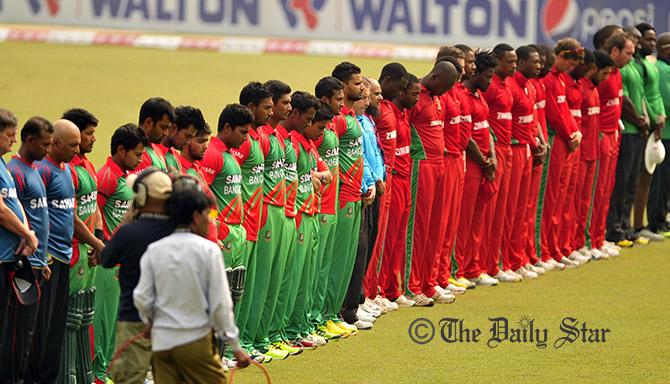 Bangladesh and Zimbabwe players observe a minute of silence in memory of Phil Hughes ahead of 4th ODI in Dhaka on Friday. Photo: Firoz Ahmed