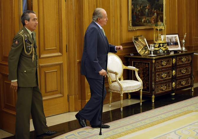 Spain's King Juan Carlos catches his right foot with a rug as he heads to greet US Chamber of Commerce President and Chief Executive Officer Thomas Donohue (not pictured) at Zarzuela Palace outside Madrid June 2, 2014. Photo: Reuters