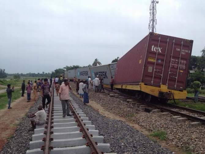 A Dhaka-bound freight train from Chittagong derails near Fazilpur Muhuri Bridge in Feni Sadar upazila early Thursday, halting Dhaka-Ctg-Sylhet rail communication. Photo: STAR