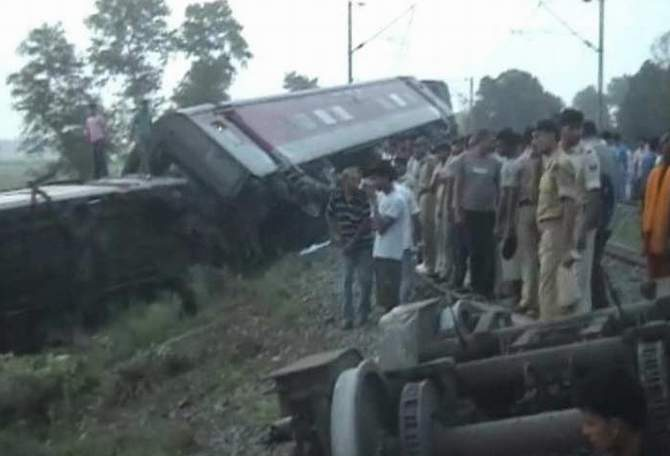 People look at the derailed bogies of New Delhi-Dibrugarh Rajdhani Express near Chapra in Bihar, India. Four people were killed in the incident. Photo: NDTV