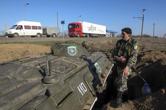 A Ukrainian serviceman stands on guard at a checkpoint near the town of Armyansk in Kherson region adjacent to Crimea on March 23. Photo: Reuters