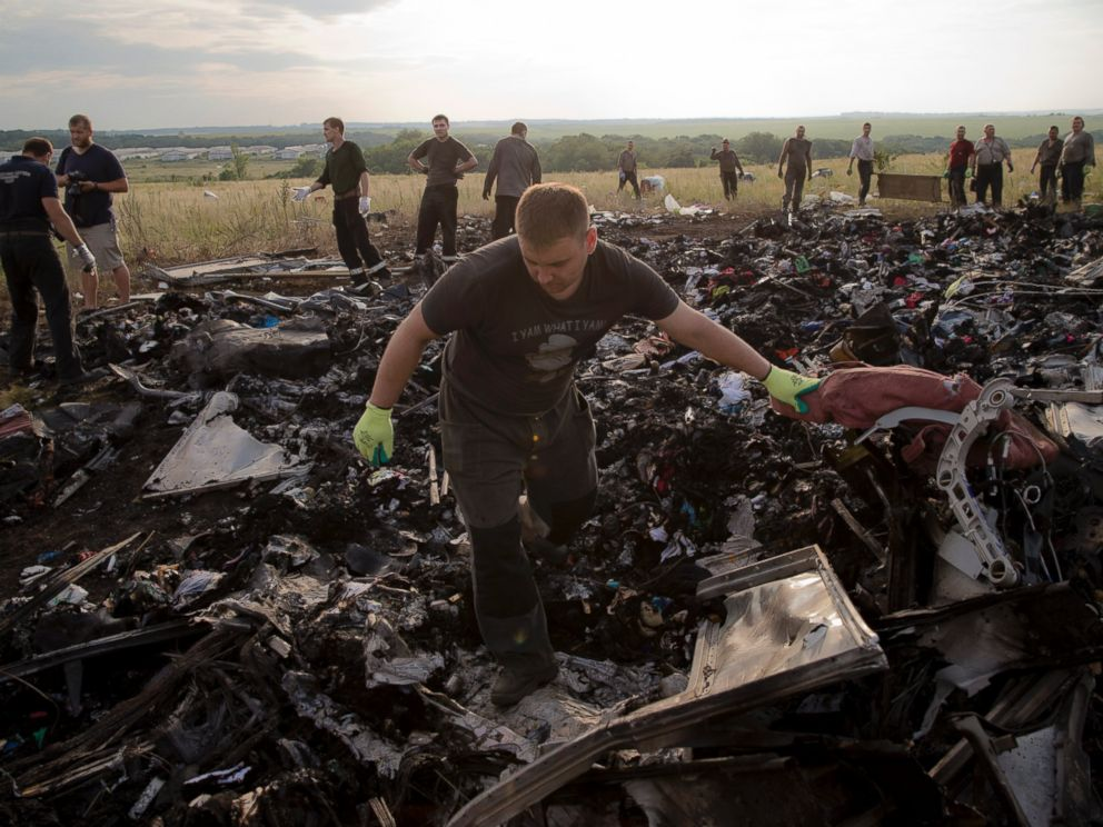 A man looks for the remains of victims in the debris at the crash site of Malaysia Airlines Flight 17 near the village of Hrabove, eastern Ukraine, July 19, 2014. Photo: AP