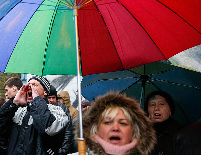Supporters of the detained pro-Russian protesters shout slogans as they gather in front of the court building in Kharkiv of Ukraine on Thursday. Photo: Reuters