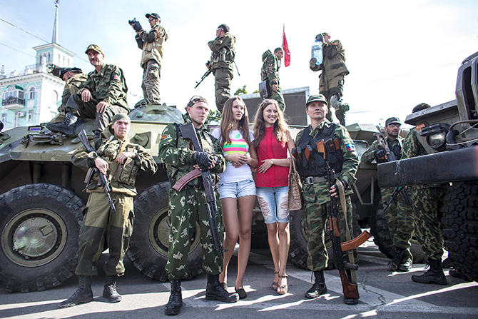Women pose for a picture with pro-Russian rebels during a parade in Luhanks, eastern Ukraine, September 14, 2014. Photo: Reuters