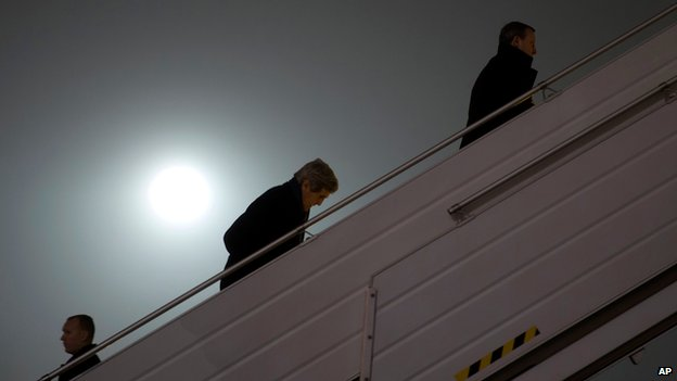US Secretary of State boarded his plane in Kiev to Paris, where he will hold talks with Russia's Sergei Lavrov.  Photo taken from BBC.