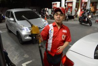 Fuel price rise tests Indonesia leader's poverty pledge
