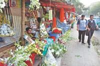 Unauthorised florists occupy Khamarbari footpath