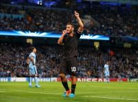 Totti, Xavi make history